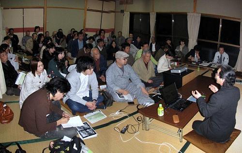 筒井理事長の話に耳を傾ける参加者の皆さん。中でも的石さんの存在感は群を抜く!棚田再生の頼もしいリーダーです。