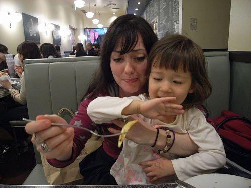 ソフィーとホリー、仲良し(??)の食事中