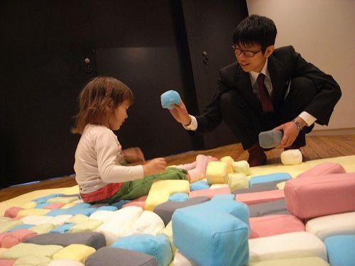 静岡文化芸術大学のデザイン学部生産造形学科卒業制作展で作品を試用するソフィーと卒業生。