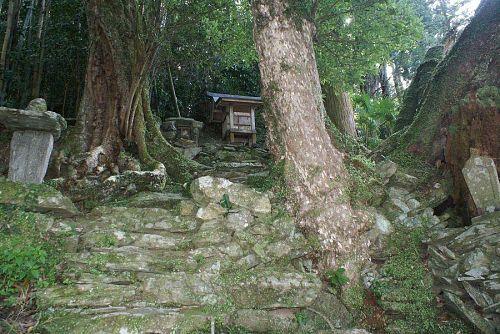 石風呂の横の祠。