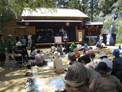 小野さくら野舞台でお昼ご飯1