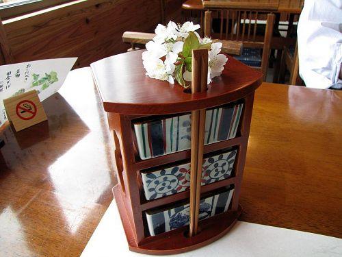 「遊山箱」を模した焼物の器が三段。眺めているだけで、なつかしい気持ちがこみ上げてきます。