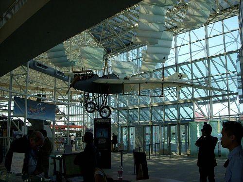 航空博物館、紙飛行機から宇宙船まで人の空への憧れがよくわかる。