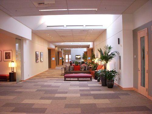 ホテルのロビーではありません、某MS社のただの廊下です。