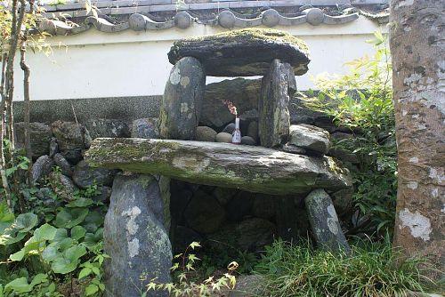 国の重要文化財、粟飯原家の庭にも祀られていました。