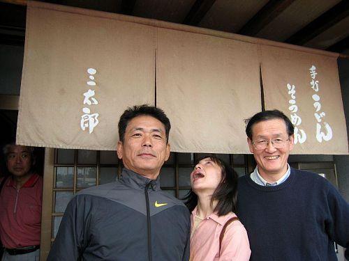 「天からうどんが降って来ないかなぁ」という願望が思わぬポーズとなってしまったkokoさん。店から出てきた(写真左側の)おじさんもビックリ!目が真ん丸く・・・(笑)
