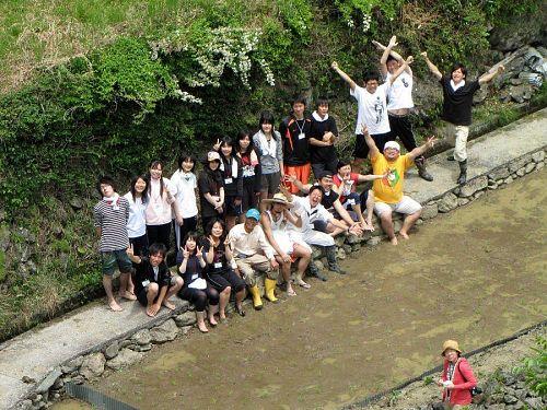 「やったぁ・・・!」とみんなで記念撮影。一人離れて写っているのは朝日新聞徳島支局の花房記者。
