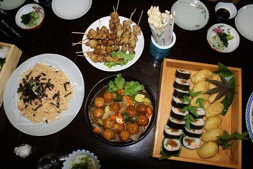 いろんな種類の料理が並びます。
