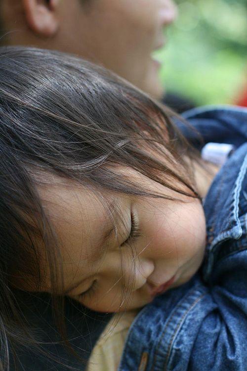 やっぱりお父さんの抱っこが一番。神山で見る夢どんな夢?(写真提供:玉利康延氏)