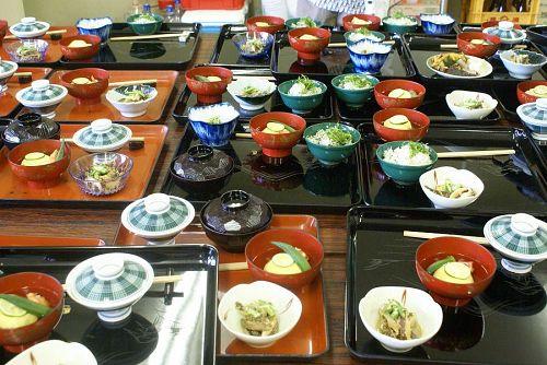 料理は塗り膳に並べられます。