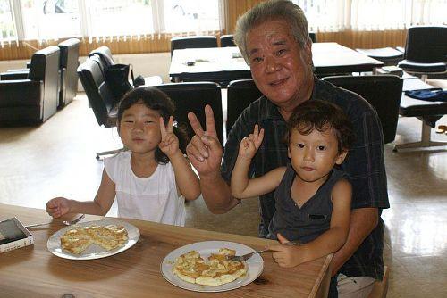 SAYAさんは2人の子どもさんを連れてのお手伝い。久しぶりに孫の気分を味わいました。