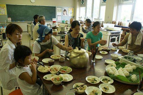 改善センターの調理室での食事。