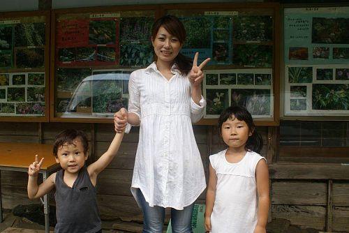 SAYAさん親子を杜植物園を案内。