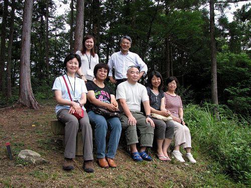 大粟山からの絶景を堪能。「気持ちいい!」「飛騨で見た景色とそっくり!」といった声が聞かれました。後列の女性はJALツアーの横山恵さん。