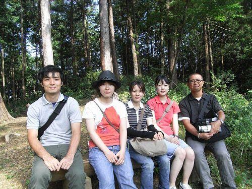 その日一緒にいらっしゃっていた高橋教授と院生の川部さんと一緒に記念撮影。目の前には絶景が広がっています。