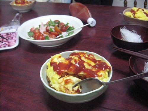 本日の晩ご飯。工藤さんからもらったバジルでトマトサラダ付き。豪華!!