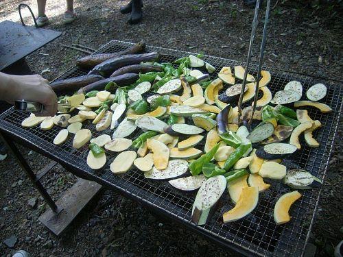 大量の野菜!!このほかにもおにぎりを用意していただいたり、焼きそばを作って食べたりと・・・お腹いっぱいたべました。森の中で皆で食べるご飯は格別ですね