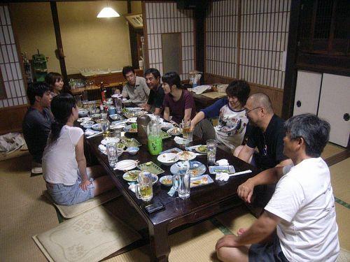 幸福家にて。次々とメンバーが増え、話も弾む。料理も本当においしく、特に焼き鳥は絶品でした!!杉本さん、ありがとうございました!