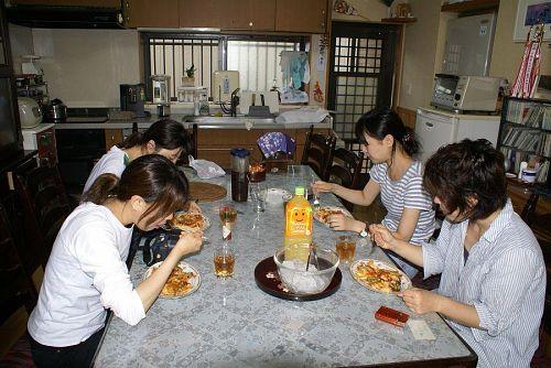 昼食は特大ピザを焼いてあげました。彼女たち大感激!