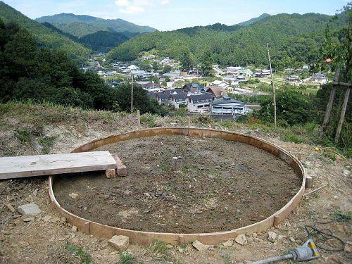 直径約3m、厚さ15cmほどの薄っぺらい円柱形。ここにコンクリートを打設します。重量約2.5トン。作品をアンカー止めすれば、どんなに大きな台風にも耐えられる!
