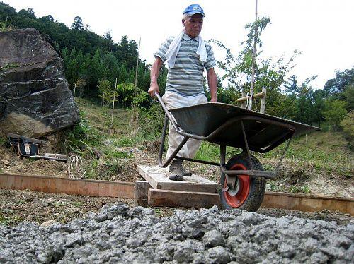 生コン車を横付けできないので、こうしてコンクリートを載せたネコ車(一輪車)を押して小運搬。それにしても東谷師匠、何でも易々とやってのける。脱帽ですわ!
