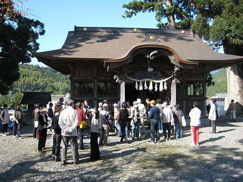 昨年11月、KAIR2008のアートツアーで訪れた八幡神社。神を敬う心を表現したカレンさんの蔓の作品が印象的でした。
