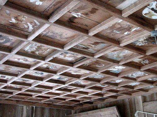 縦方向に十枚、横方向に二十枚、合計二百枚の天井絵が飾られています。