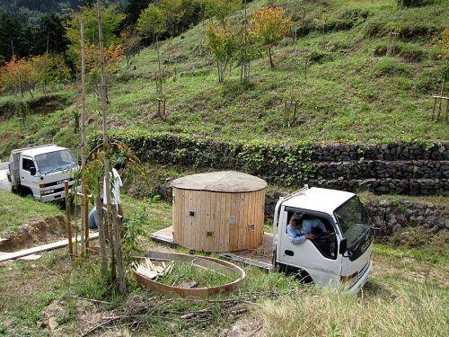 作品は、東谷さんと楠木さんのトラックで運搬。皆さん、いろんな技術とともに、いろんな道具もお持ちなので大助かりです。