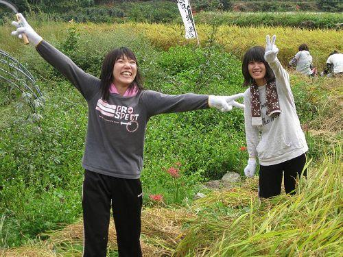 こちら二人は香川県から来てくれました。。鎌持ってピースサインをしております笑
