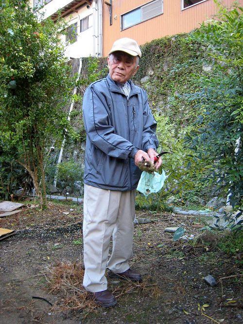 取り木された南天を持つ森本さん。素人にも分かりやすく、かみ砕いたお話をしていただきました。