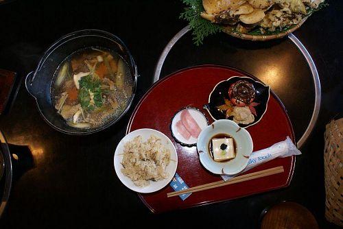 収穫したキノコを使っての日本料理。