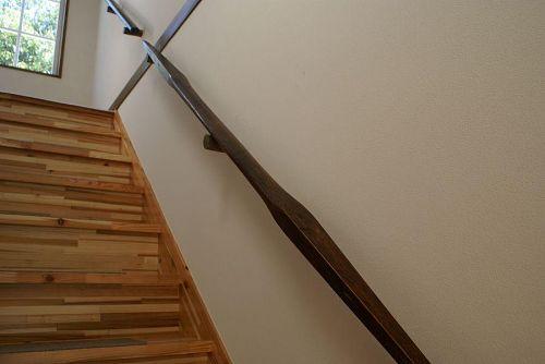 二階のギャラリーに上がる階段の手すり。