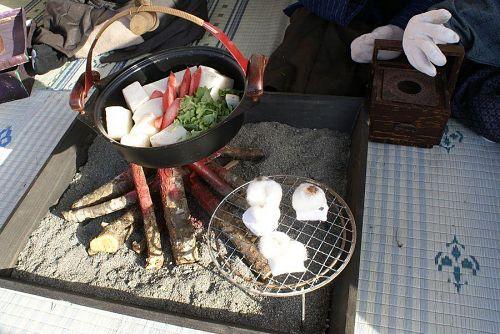 囲炉裏で焼いているお餅も綿で作ってあるのですが本物そっくりです。