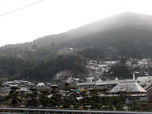 onji&kotoriさんの「山の上の古民家」を望む。(撮影:2010年1月1日11:05@神領字北)