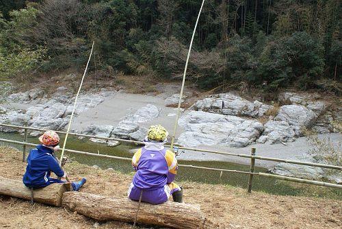鮎喰川に釣り糸を垂らしている案山子。