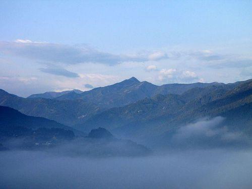 秀麗な姿を見せる信仰の山「東宮山」(とうぐうさん・1,091m)。2010年2月10日08:54撮影