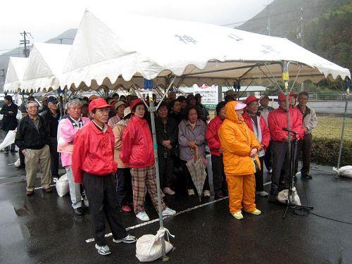 関係者以外にもたくさんの人が集まり、「エエぞう!」「男前!」「日本一!」と、賑やかでした。