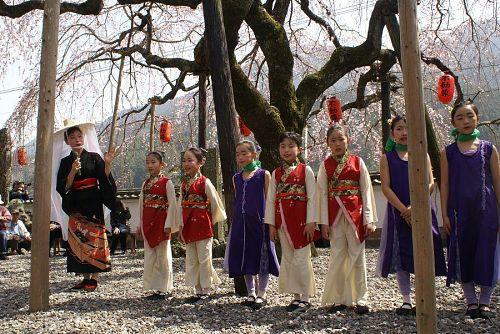 かわいい子どもたちや女子大生が踊ります。