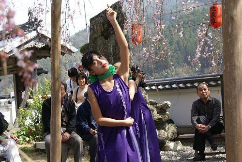 これは四国女子大生ですか、実にあでやかです。