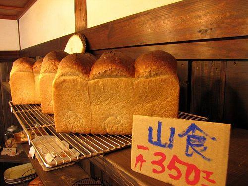 これまた圧倒的!山食パン。ふすまや胚芽等を取らず小麦の粒を粉砕した「全粒粉入り山食」もある。