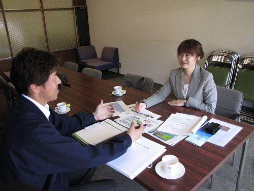町役場で、杼谷さんの話に聞き入るmomokoさん。杼谷さん、いつもはそんなに笑わんのですが、この日はニコニコ・・・(笑)