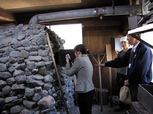 「薪パン」の上本さんの店では、特別に青石窯を見せていただきました。