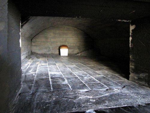 青石窯の中に「山食」が一斤入っており、香ばしい香りを漂わせていました。