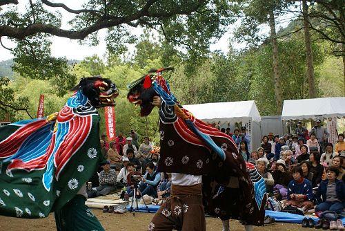 阿川獅子舞保存会の獅子舞でオープニング。