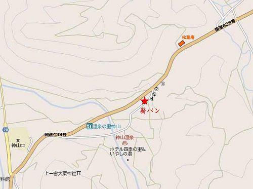 徳島市方面から国道438号茶房「松葉庵」を通過し、約200mの所を神山温泉方向へ緩やかに右折。(狭い旧道を)約50m進んだ右側のトタン葺きの民家です。駐車場はありません。他の車両の通過に支障のないように、ご注意ください。