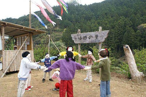 外では子どもたちが「かごめかごめ」の遊びに興じています。