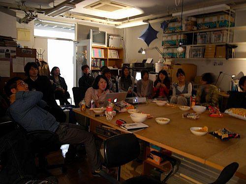 坂東さんの「空家町屋」プレゼンに見入る建築科大学院生たち。5人が来月神山にやってきます。(画像提供:坂東さん)