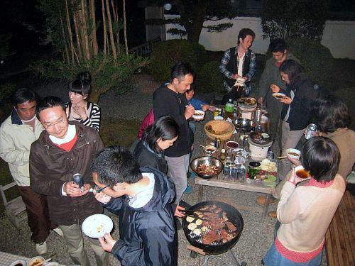 2日、拙宅にて催したバーベキュー。東京、名古屋、京都から学生やお客さんが集まり、話が弾みました。