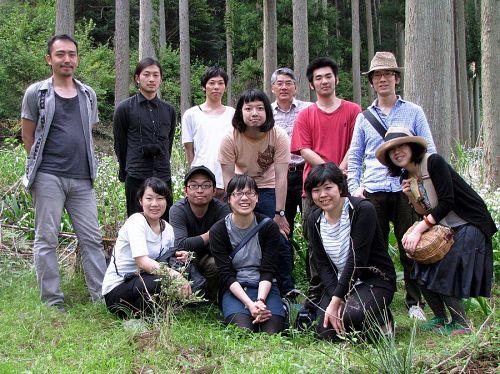 長谷部さん、尾内さん、増田さんたちも合流し、上分隠れ里シャガ園で記念撮影。写真中央、金太郎風に写っているのは徳山君(失礼!でも似てるよな(笑))