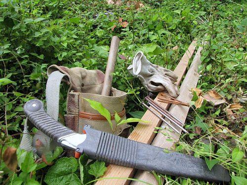防衛のための道具と材料。4.5cm角の垂木、9cmの釘8本、15cmの(文字通り5寸)釘16本。